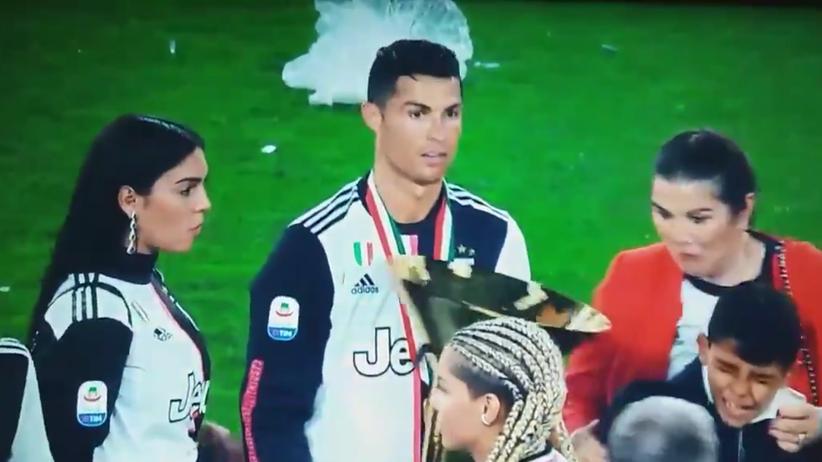 59e267cf1 Cristiano Ronaldo uderzył syna pucharem za mistrzostwo Włoch [WIDEO ...